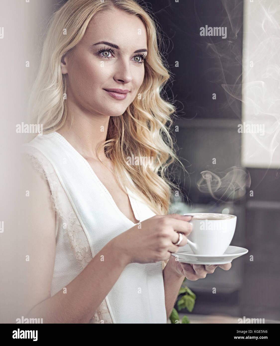 Retrato de una dama bonita rubia beber una taza de café Imagen De Stock