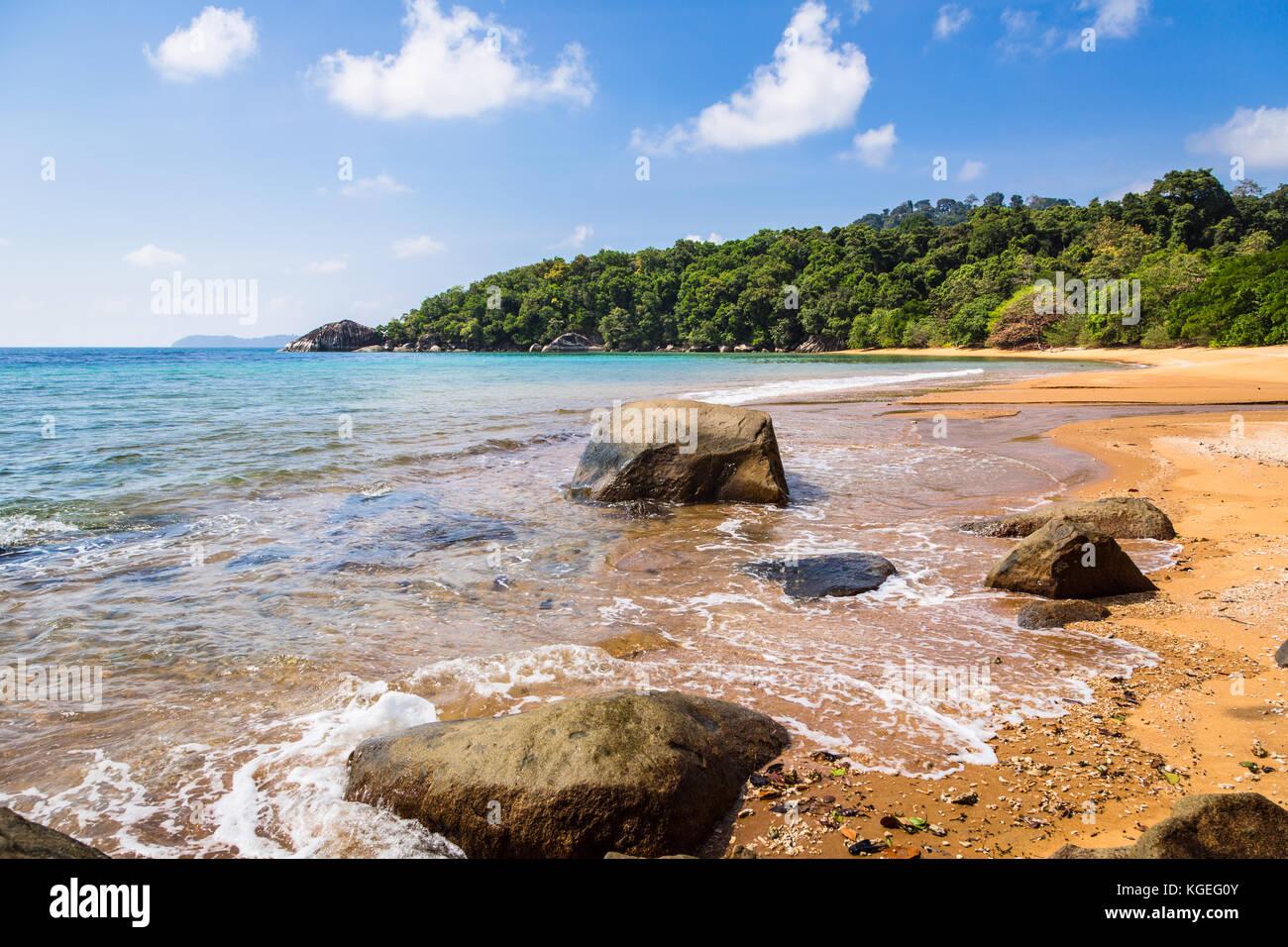 Idílica playa vacía en la isla de Tioman en el mar del sur de China en Malasia en un día soleado Imagen De Stock