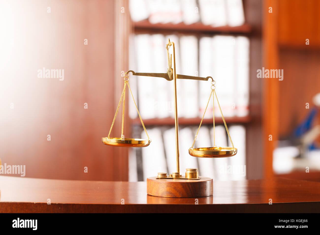 Balanzas de la justicia decorativos. la ley y el concepto de justicia. Foto de stock