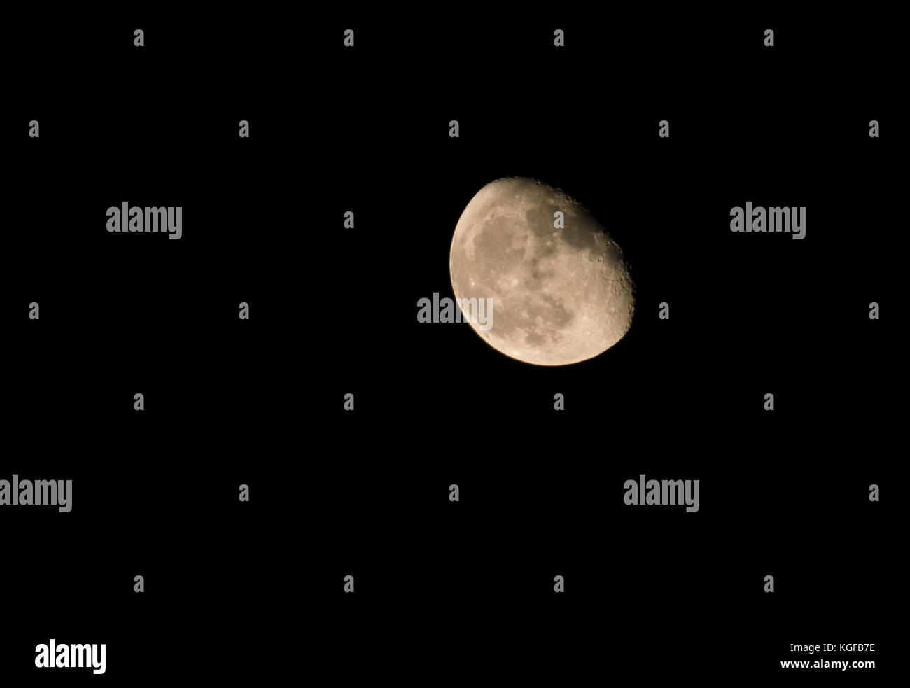 East Lothian, Escocia, Reino Unido. Un cielo claro con las tres cuartas partes no bastante cera menguante Luna Imagen De Stock