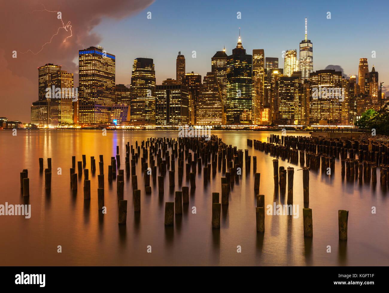 Horizonte de Nueva York Nueva York Estados Unidos Nueva York Manhattan skyline cielo tormentoso próximos a Imagen De Stock