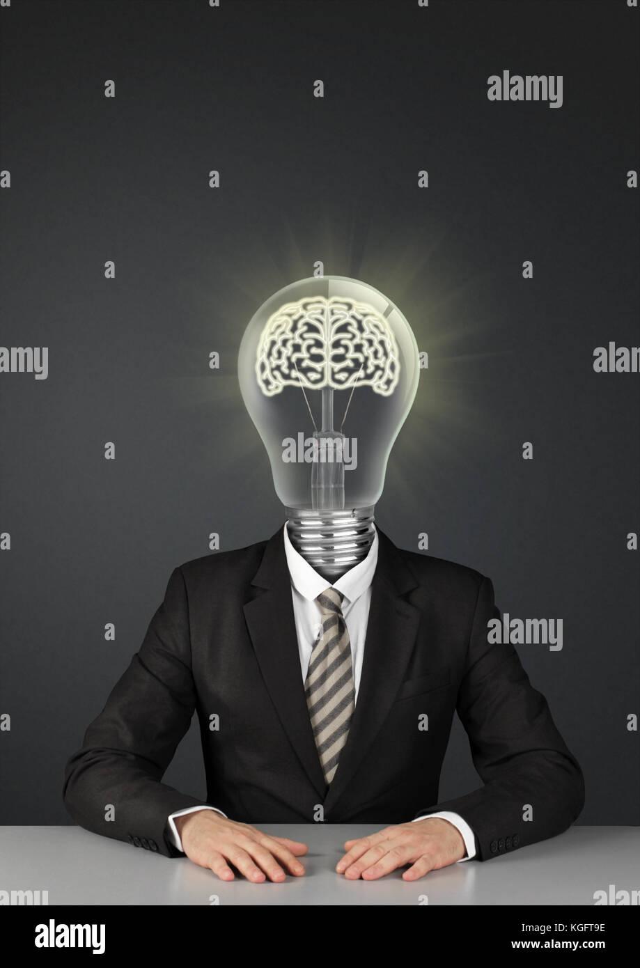 Empresario en negro con bombilla de luz en lugar de la cabeza, el concepto de grandes ideas Foto de stock