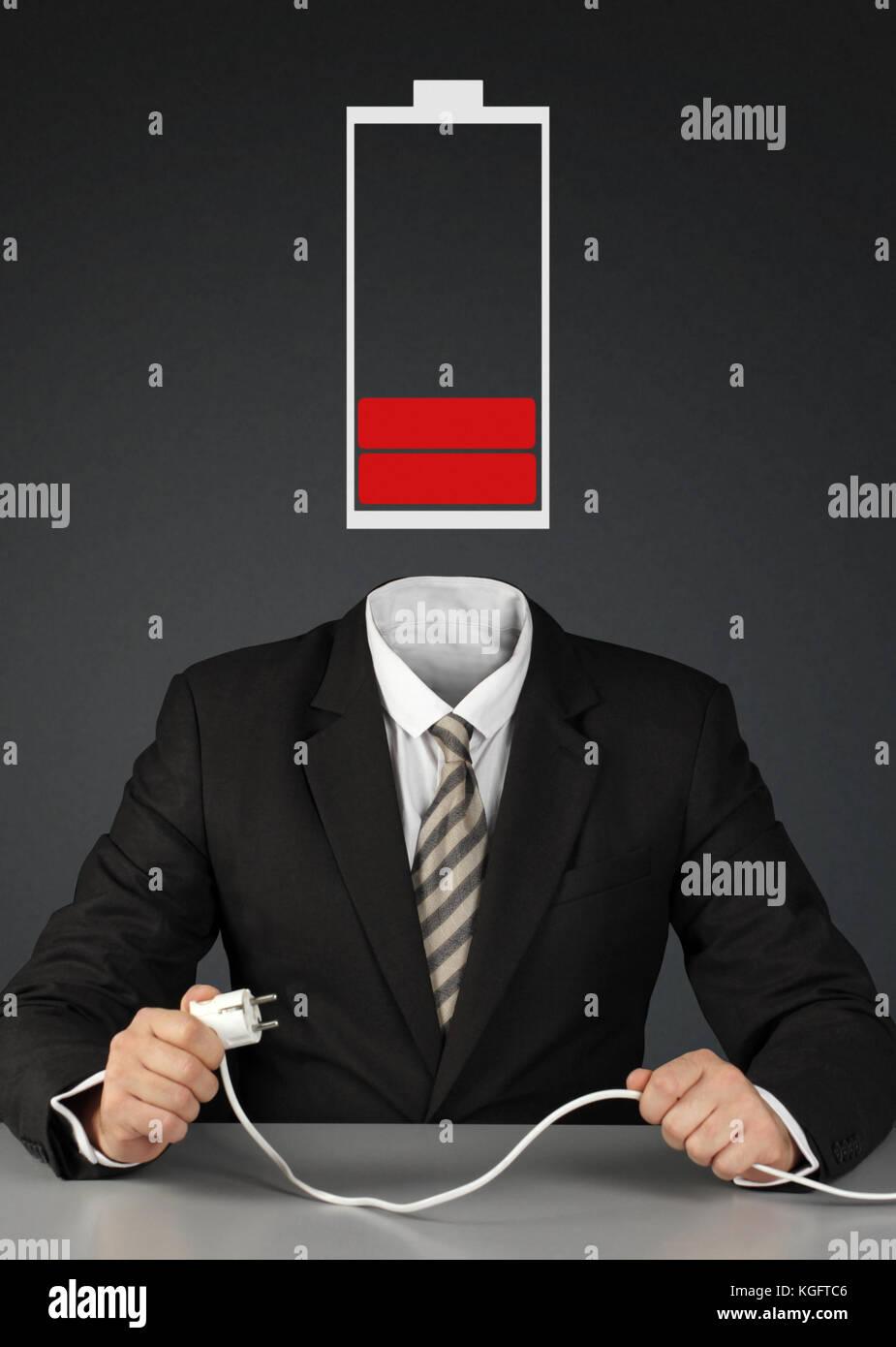 Hombre con cabeza y el enchufe de la batería, carga tu mente concepto Imagen De Stock