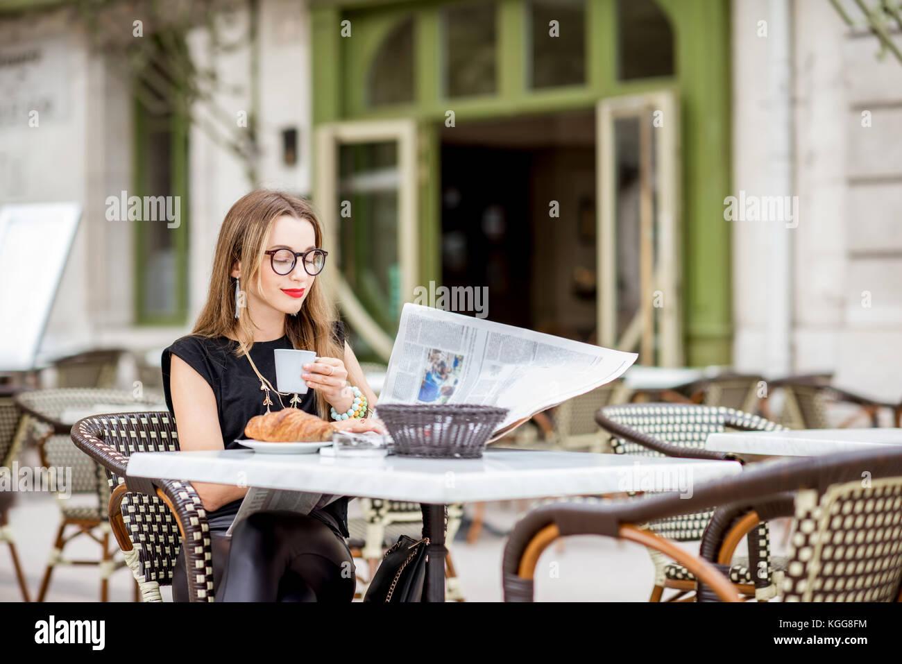 Mujer en el café francés Imagen De Stock