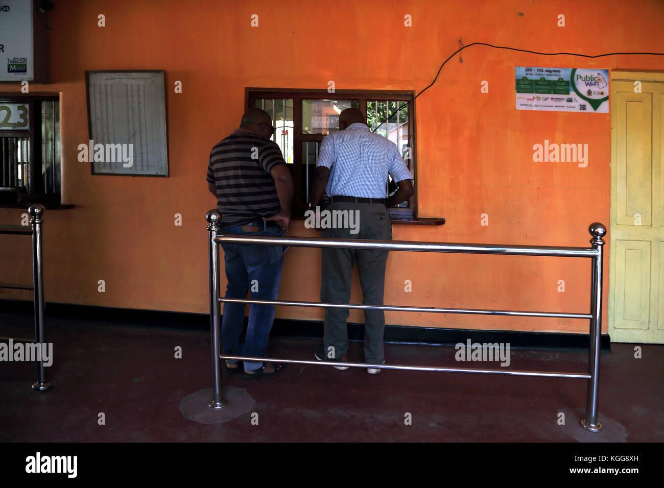 Peradeniya junction station provincia central kandy sri lanka hombres comprando los boletos estación tiene Imagen De Stock