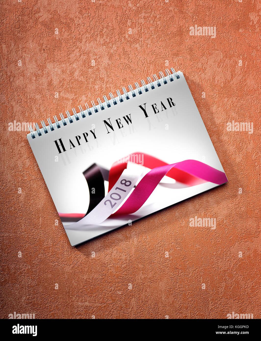 Feliz año nuevo 2018 calendario de mesa sobre fondo pintado, camino de la primera hoja. Foto de stock