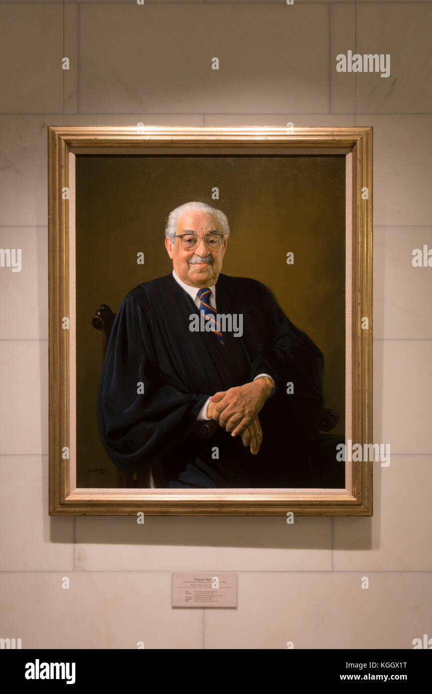 Retrato oficial del juez Thurgood Marshall en el edificio de la Corte Suprema de Justicia, en Washington DC, Estados Foto de stock