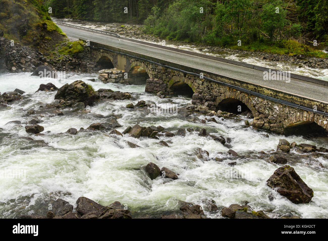 Antiguo puente de piedra. carretera cruzando el río latefoss, Noruega. Imagen De Stock