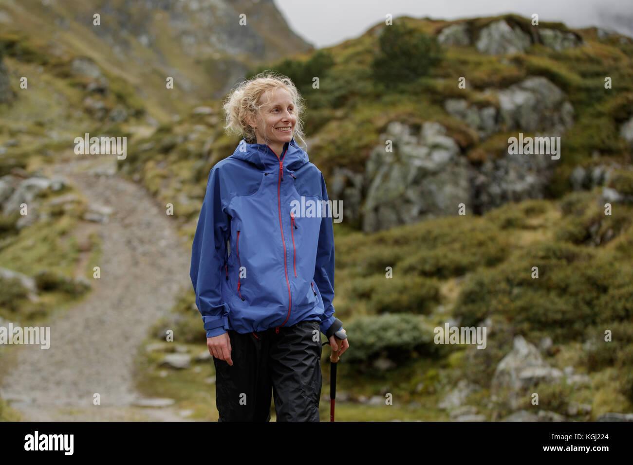 Una mujer senderismo en las montañas austriacas Imagen De Stock