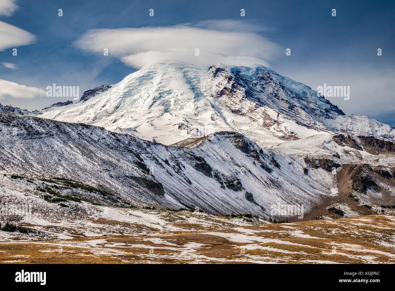 Nube lenticular sobre el Monte Rainier, desde el Monte Fremont Trail, a fines de septiembre, el Parque Nacional Imagen De Stock