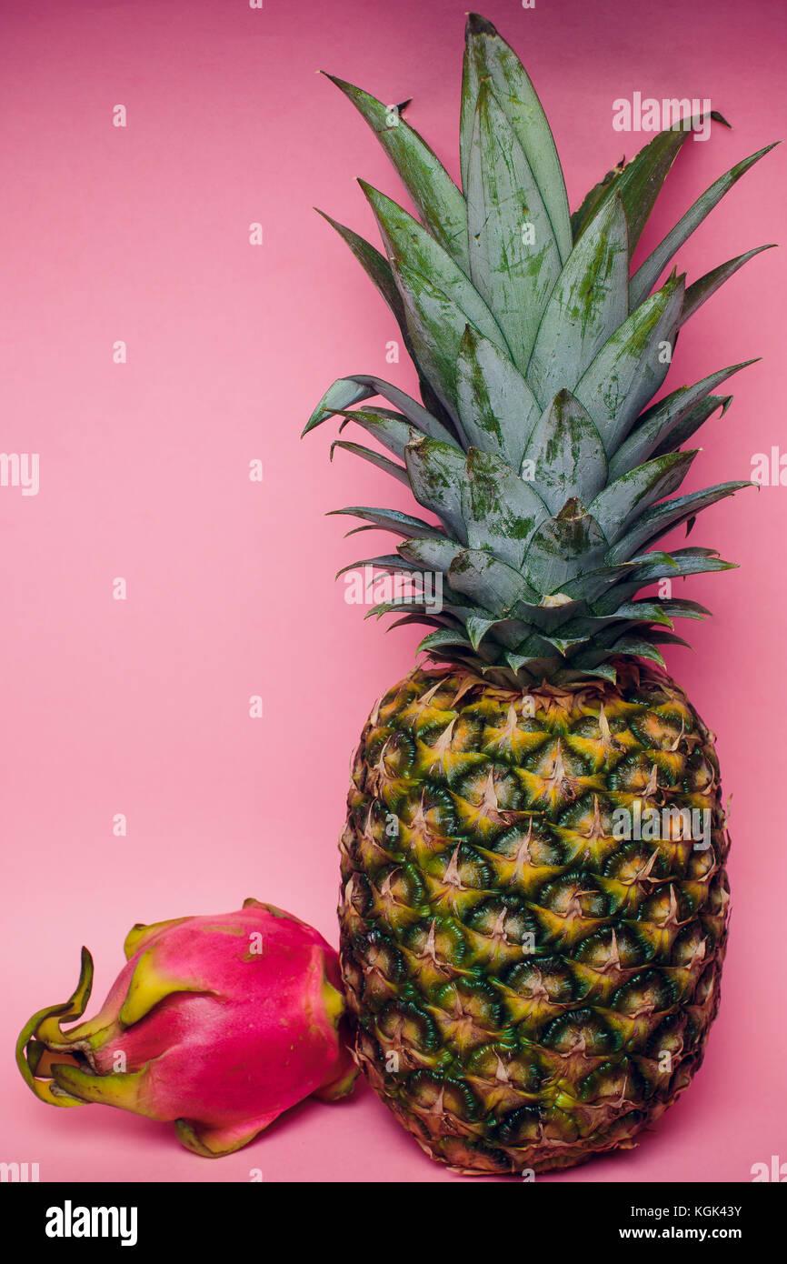 En contra de piña fresca fruta rosa Imagen De Stock