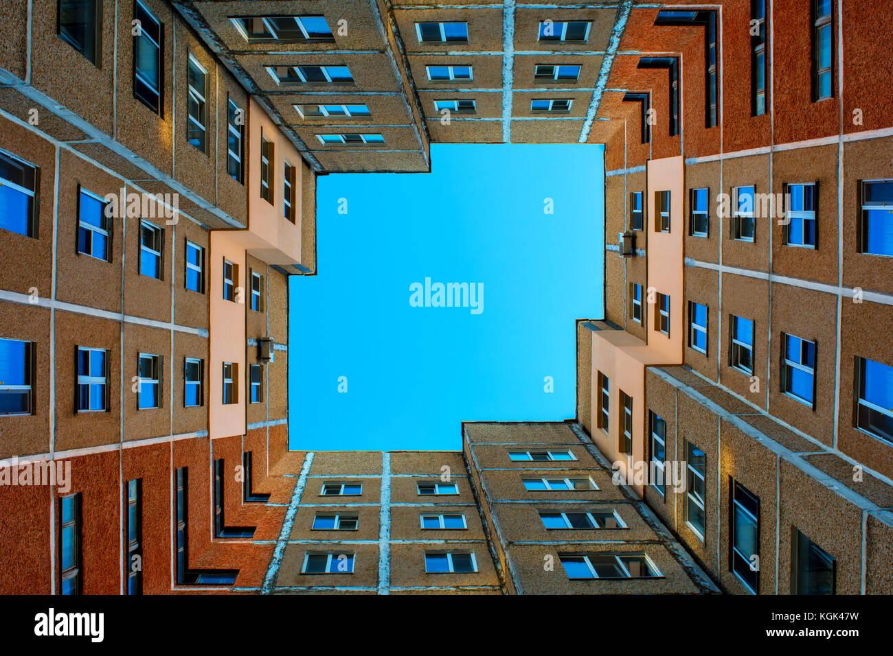 Foto del edificio cuadrado con un cielo azul sin nubes en el centro de día de verano Imagen De Stock