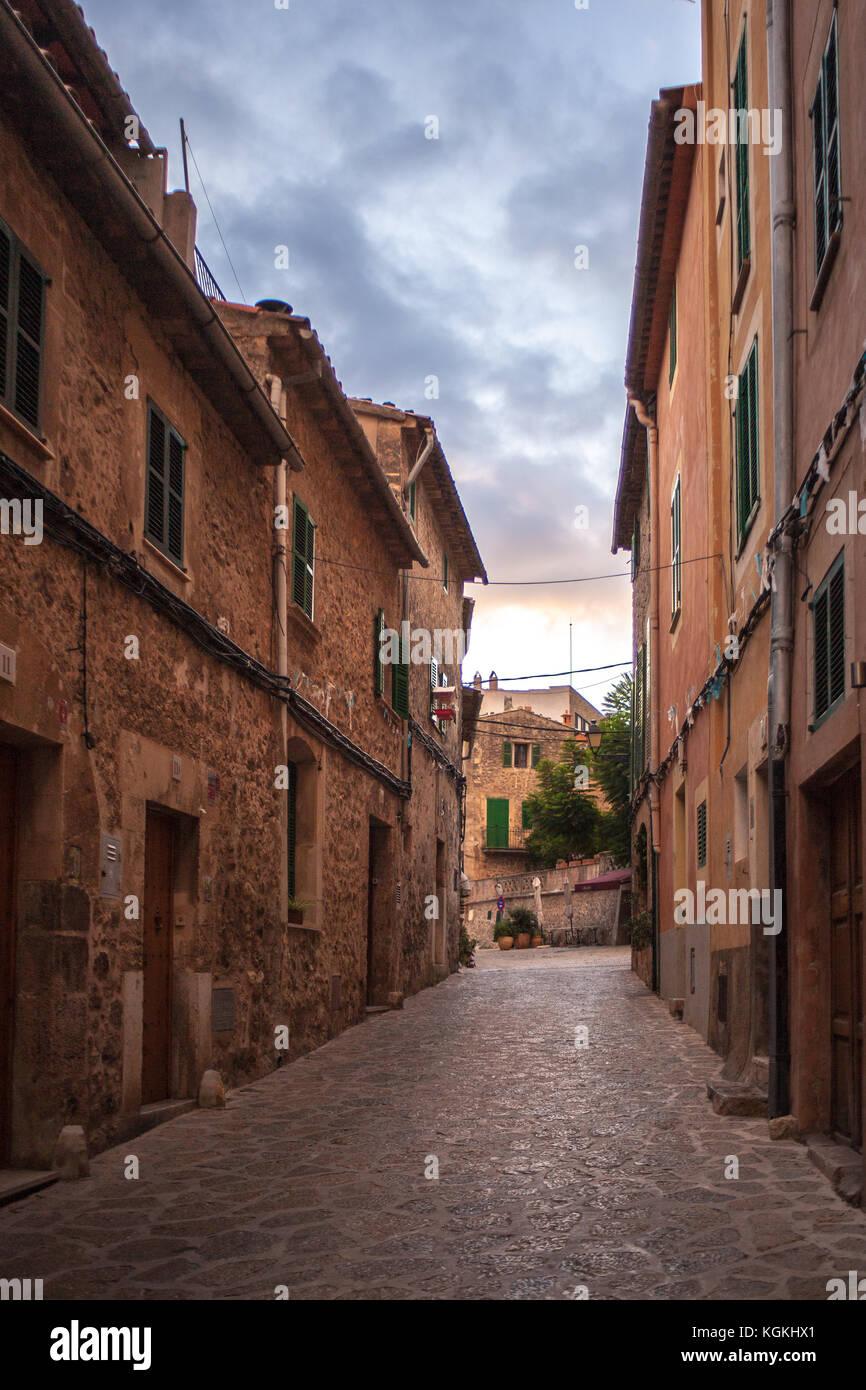 Encantadora calle en Valldemossa, Mallorca, en la tarde Imagen De Stock
