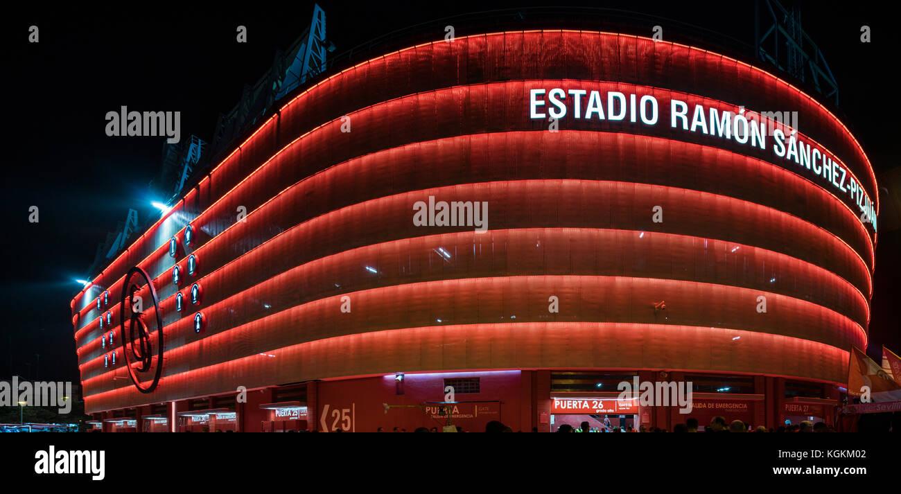 El estadio Ramón Sánchez-pizjuan, perteneciente a Sevilla FC (España), en la noche. Imagen De Stock