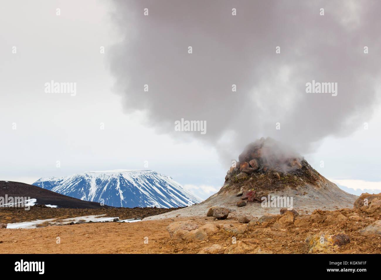 Fumarole de vapor en Hverir, área geotérmica cerca de Námafjall, Norðurland eystra / Nordurland eystra, Islandia Foto de stock