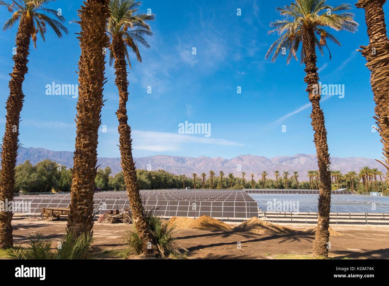 Paneles solares Furnace Creek Ranch Village en el Parque Nacional Valle de la muerte. 1 Megawatt 5 acres 5740 paneles Imagen De Stock