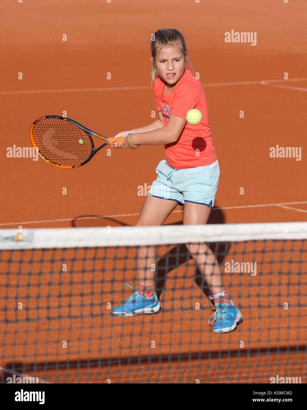 Joven (8)0 jugar tenis Imagen De Stock