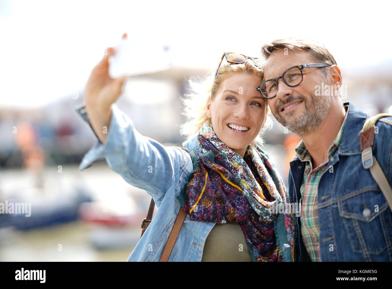Par de turistas de vacaciones teniendo selfie foto con el smartphone Imagen De Stock