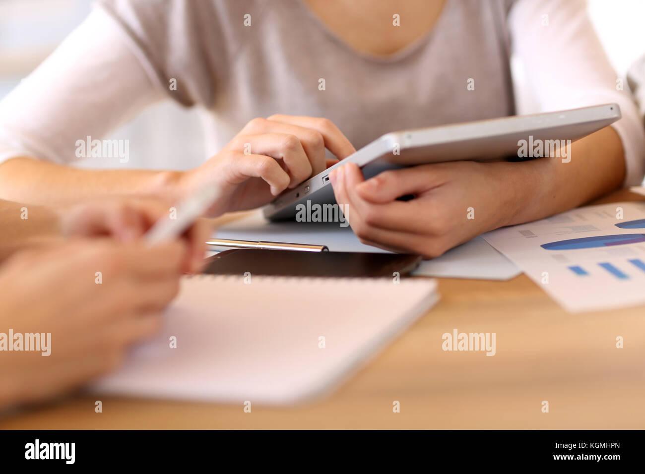 Personas en Office mediante tableta digital Imagen De Stock