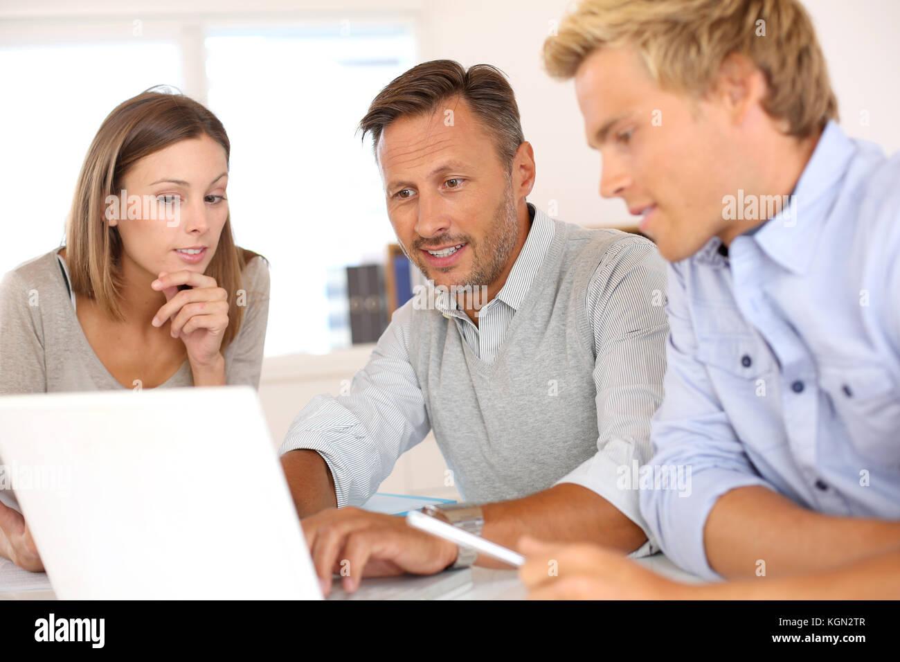 Equipo de negocios que trabajan en el proyecto Imagen De Stock