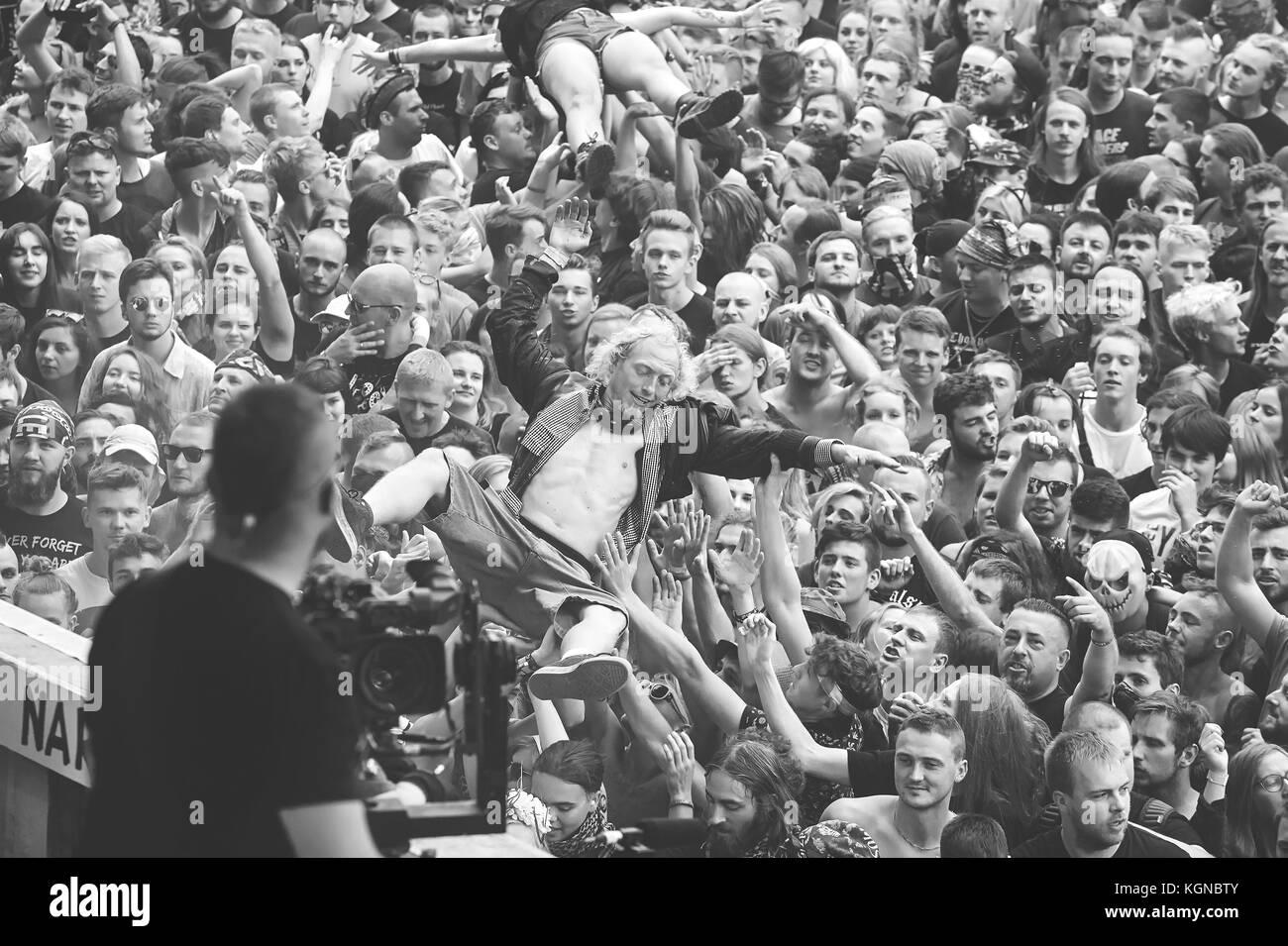 Kostrzyn, Polonia - Agosto 05, 2017: la gente divirtiéndose en un concierto durante el 23º Festival de Imagen De Stock