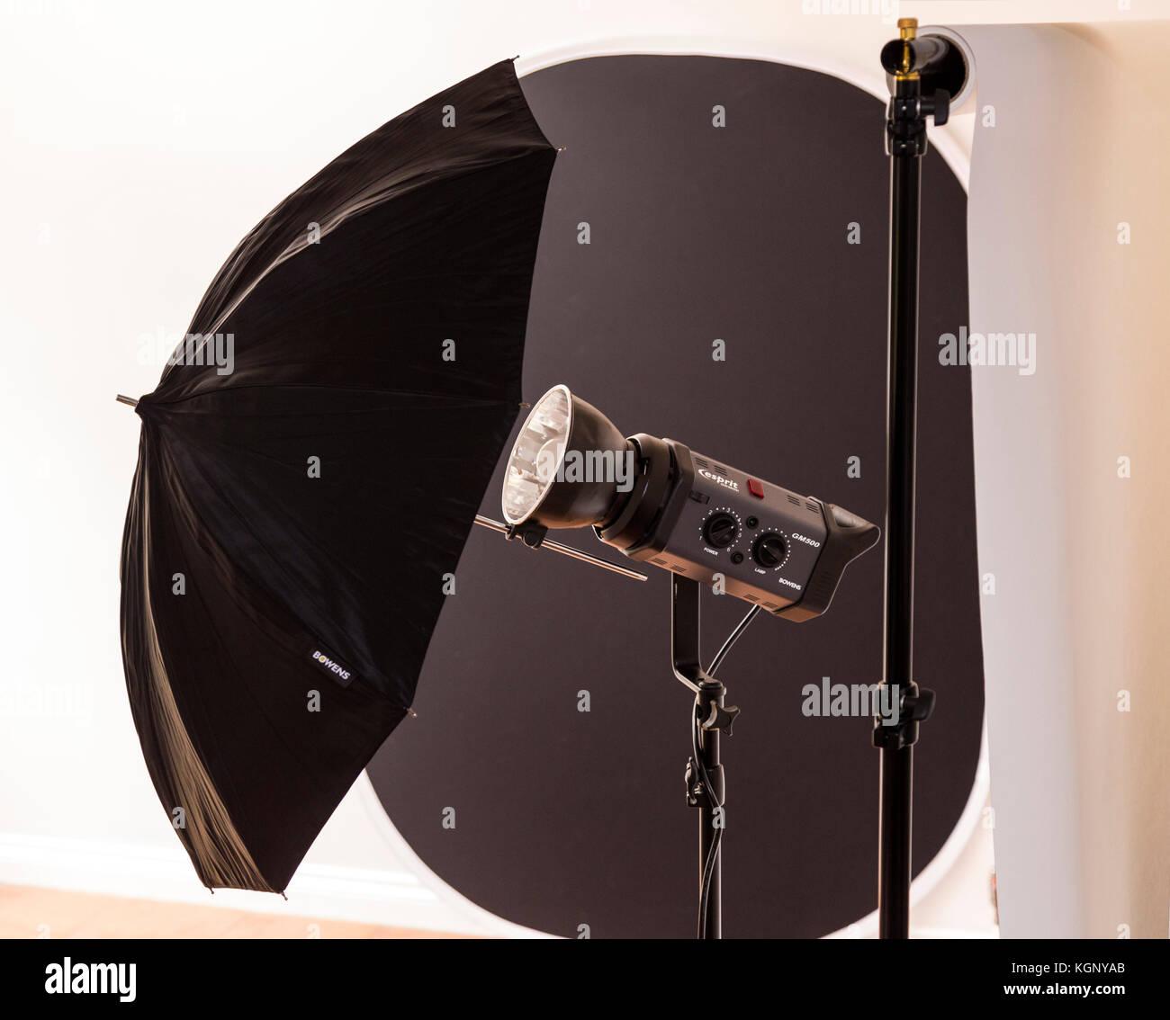 Estudio fotográfico equipmemnt Bowens, flash, rollo de papel como telón de fondo, y dorso negro plegable drop. Foto de stock