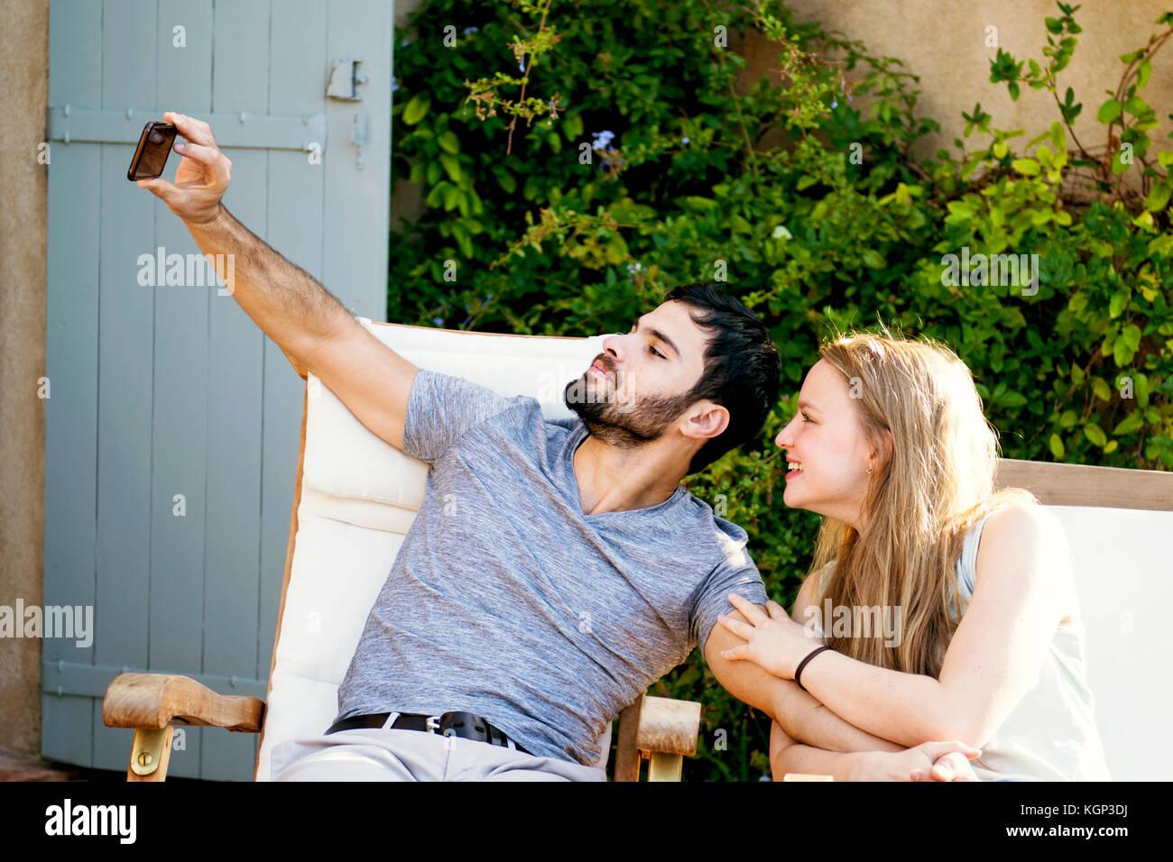 Pareja joven teniendo selfies Imagen De Stock