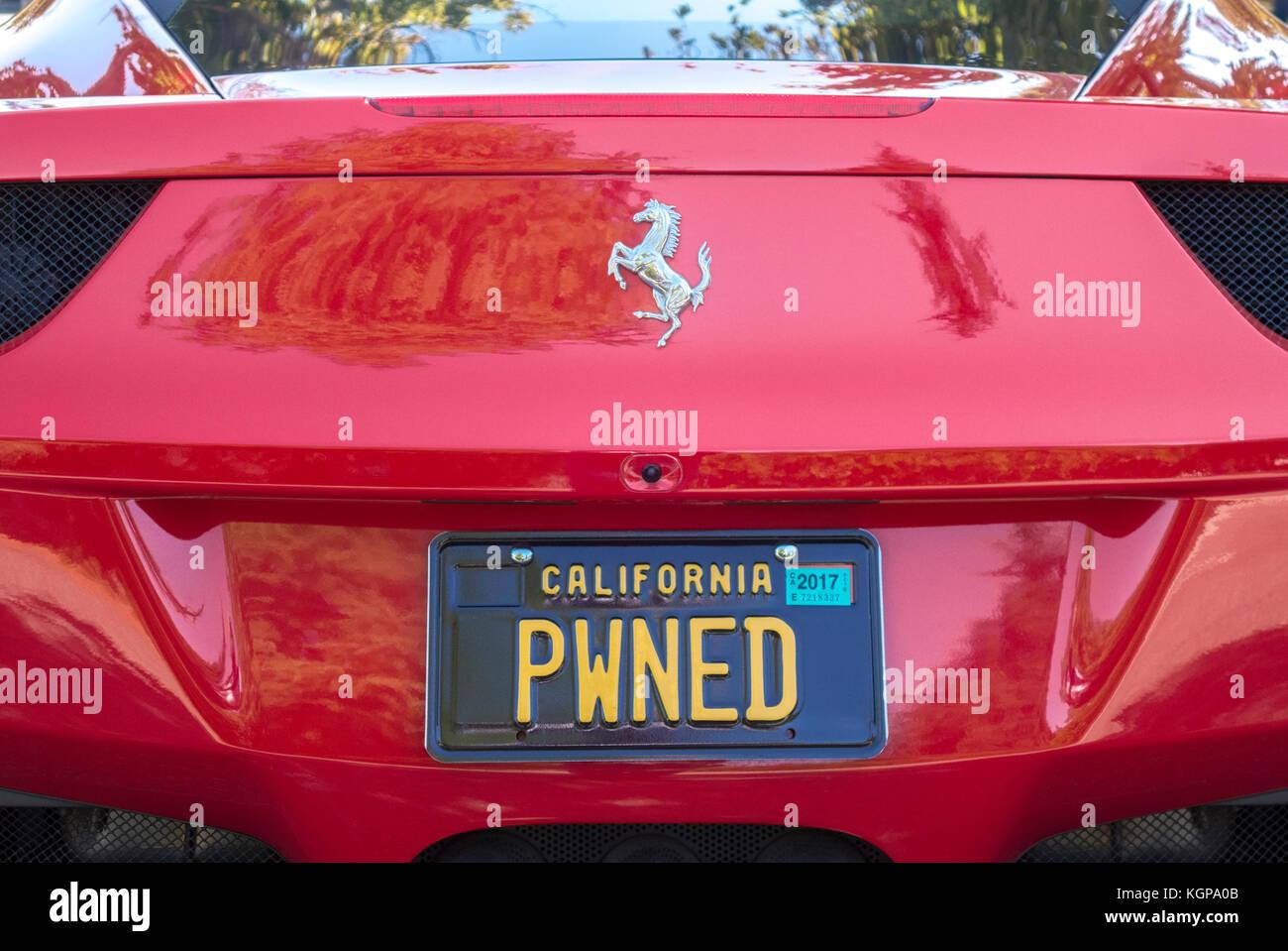 Rojo Ferrari 458 Italia con internet hablan / argot palabra PWNED en la placa de matrícula personalizada en Imagen De Stock