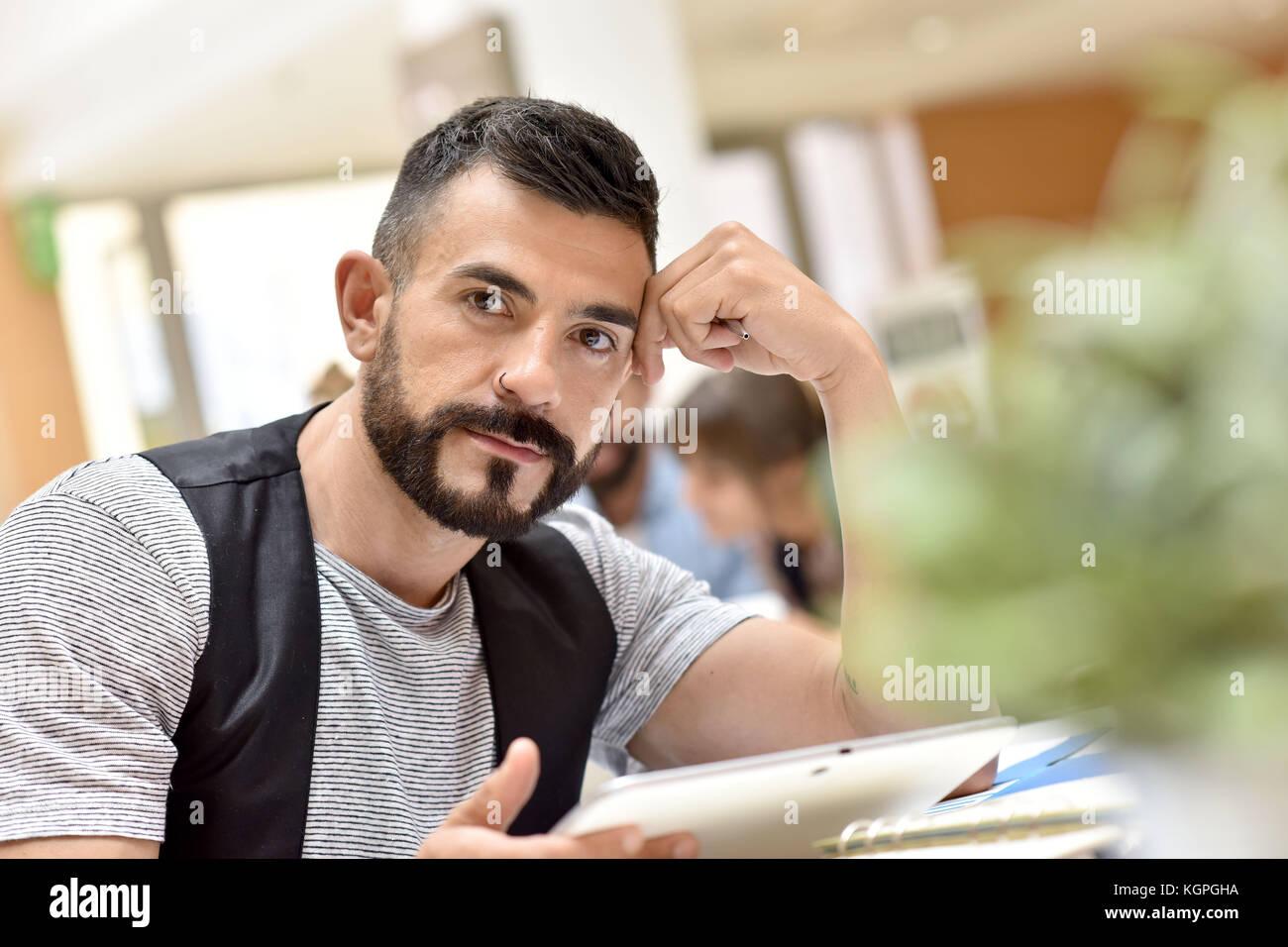 Empresario de moda en la oficina trabajan en tablet pc Imagen De Stock