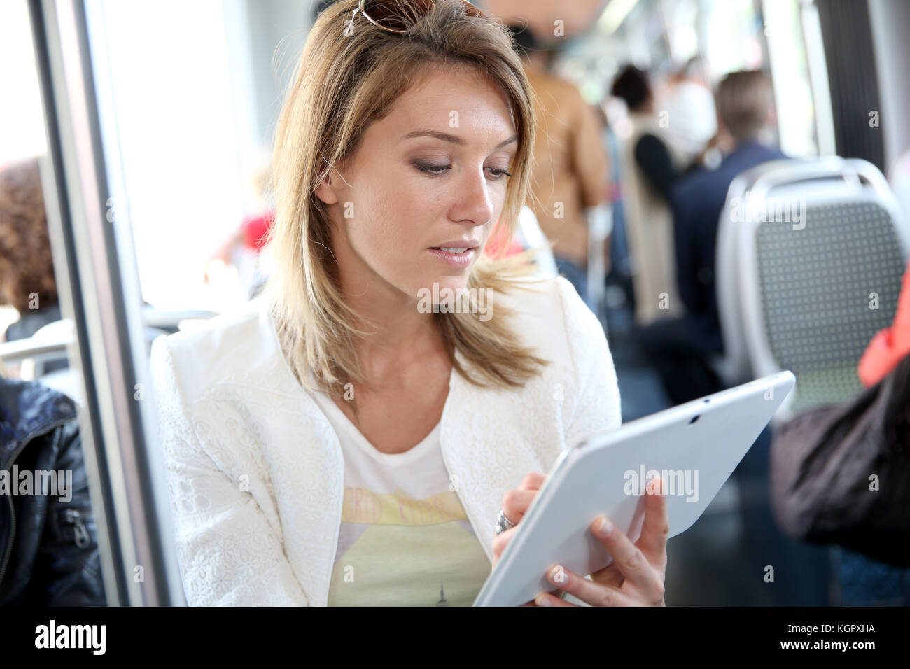 Mujer en tren ciudad websurfing con tablet Imagen De Stock