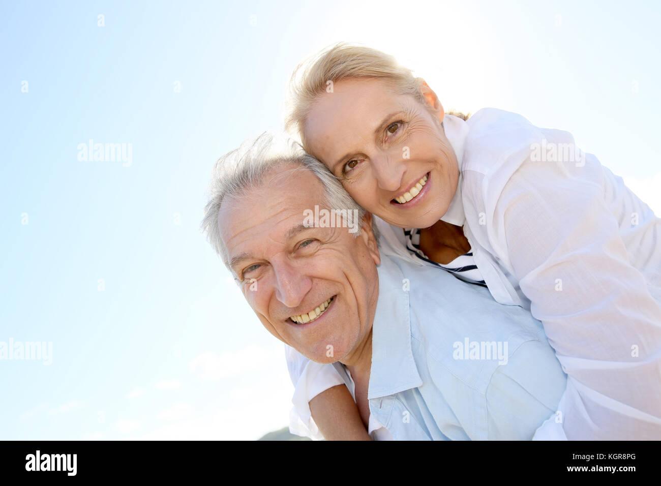 Hombre senior dando piggyback ride para mujer Imagen De Stock