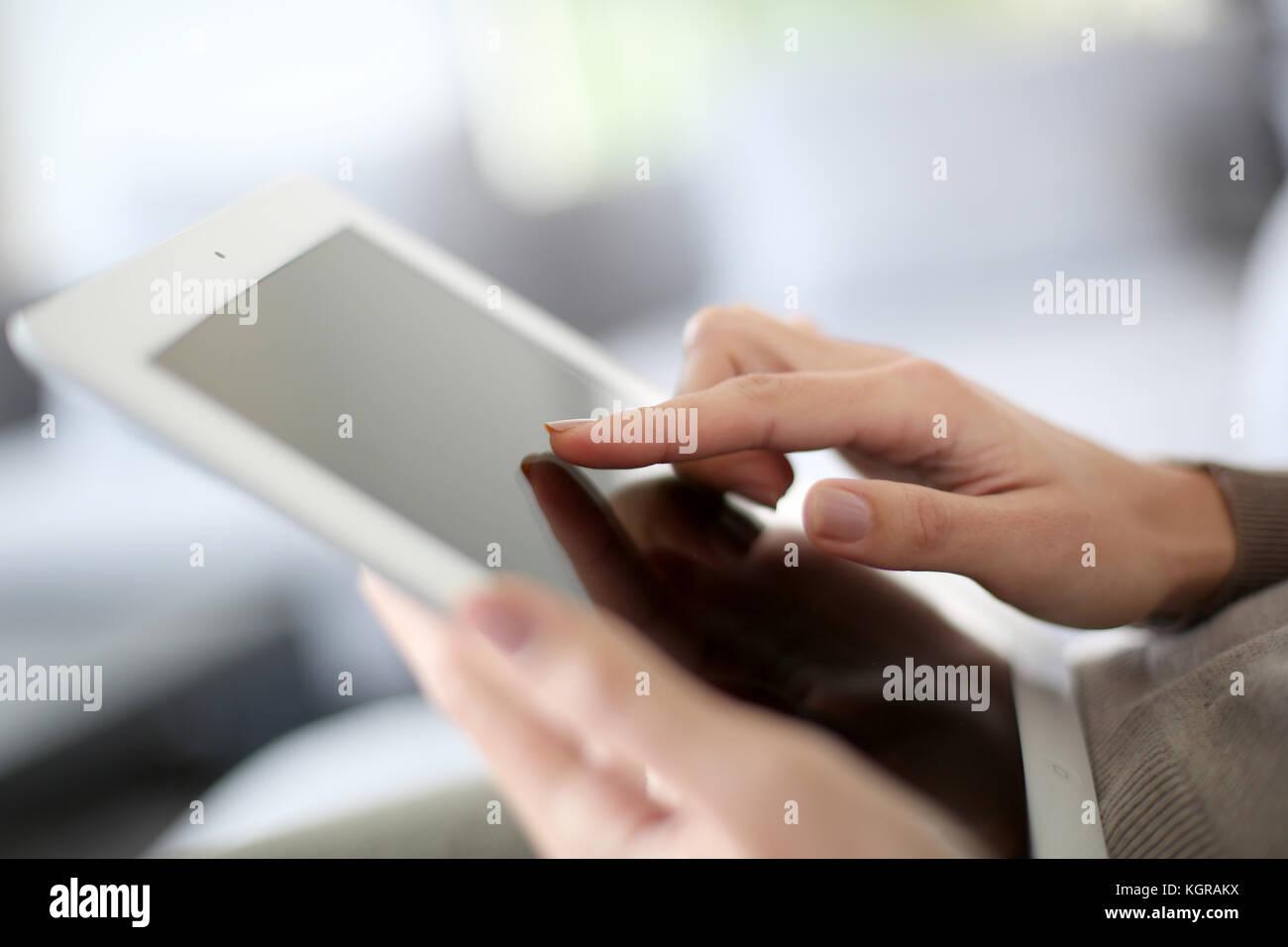 Primer plano de la mano deslizante en tableta digital Imagen De Stock