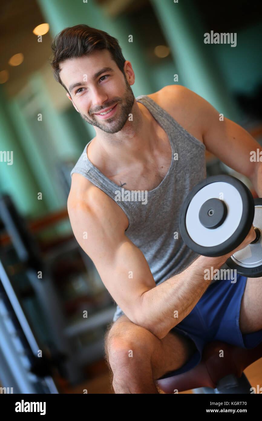 Hombre, levantamiento de pesas en el gimnasio Imagen De Stock