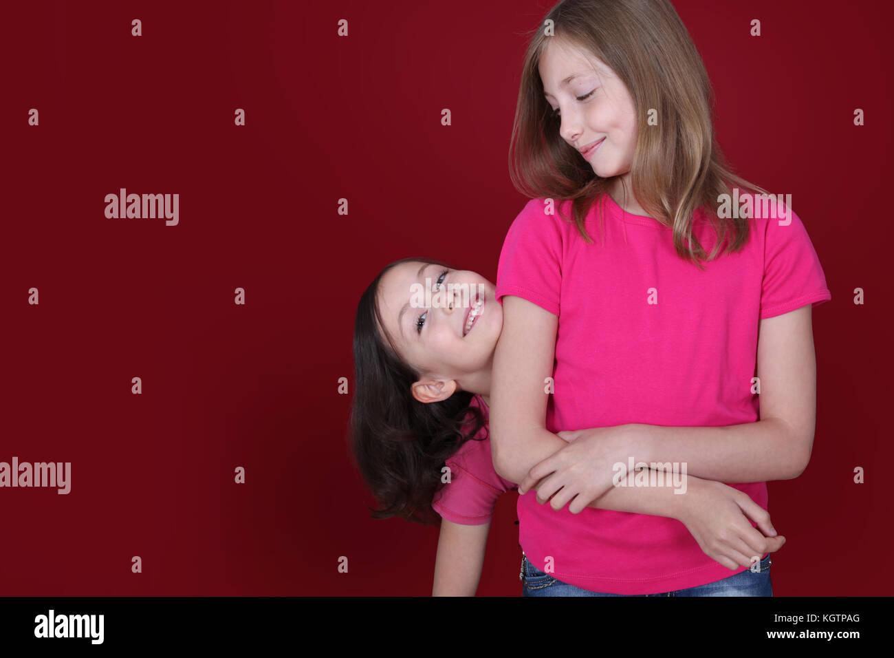 Retrato de hermanas demuestra complicidad Foto de stock
