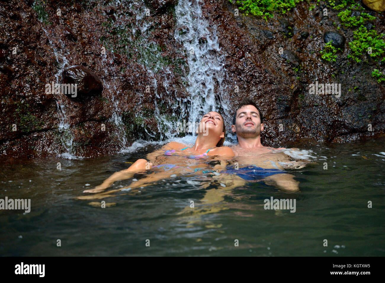Par disfrutar de baño en las cascadas Imagen De Stock