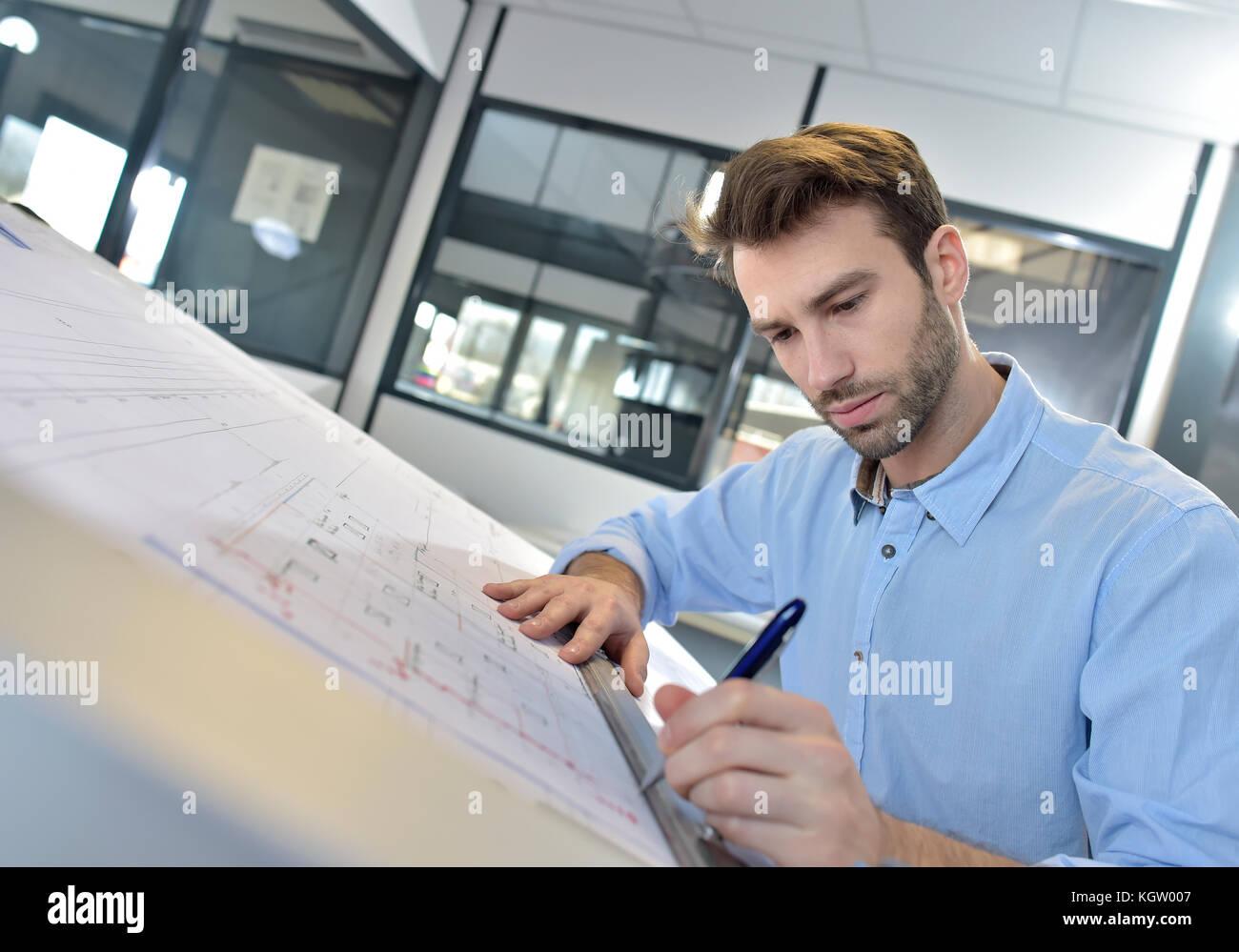 El arquitecto diseña en mesa de redacción Imagen De Stock