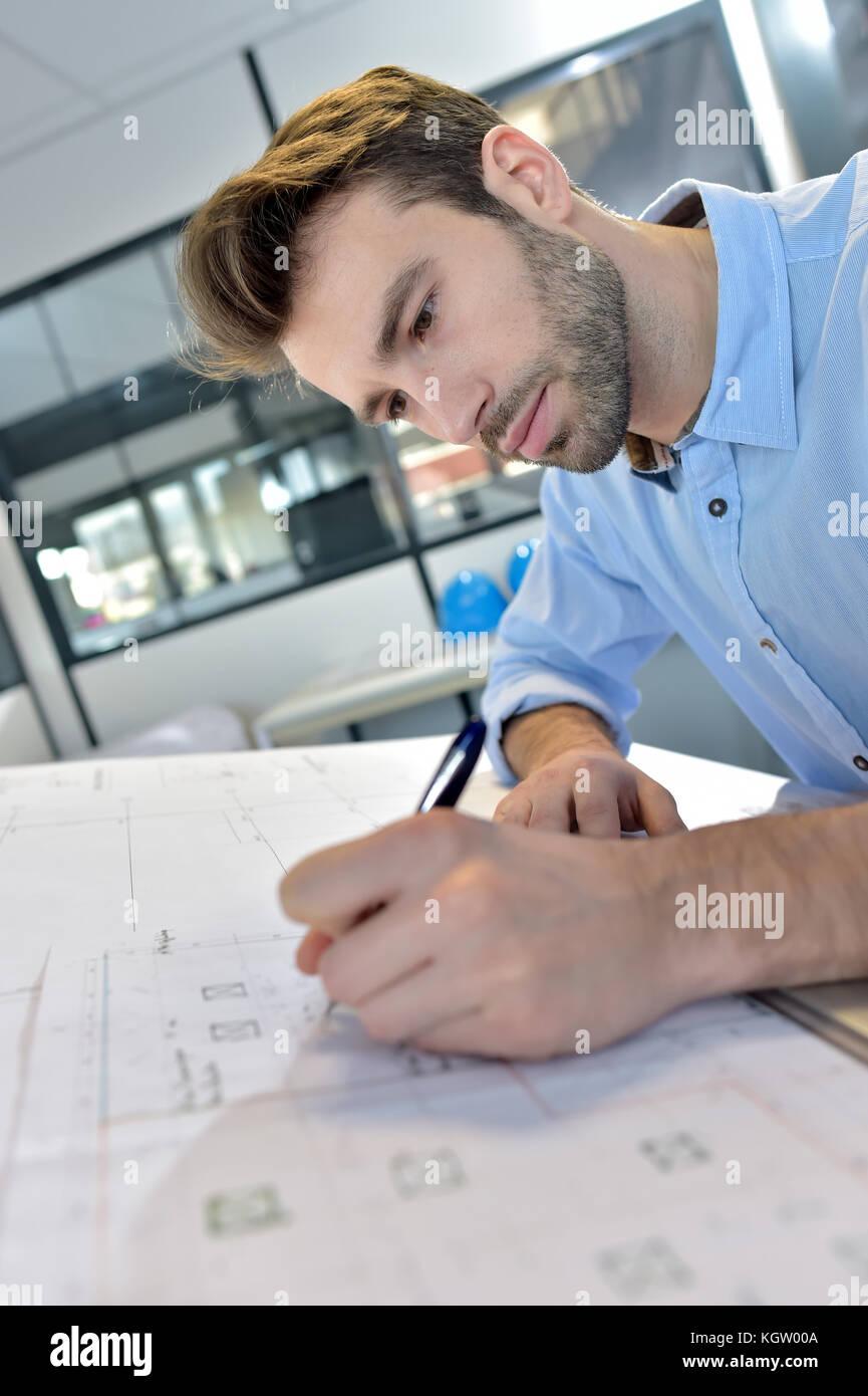 El arquitecto diseña en mesa de redacción Foto de stock