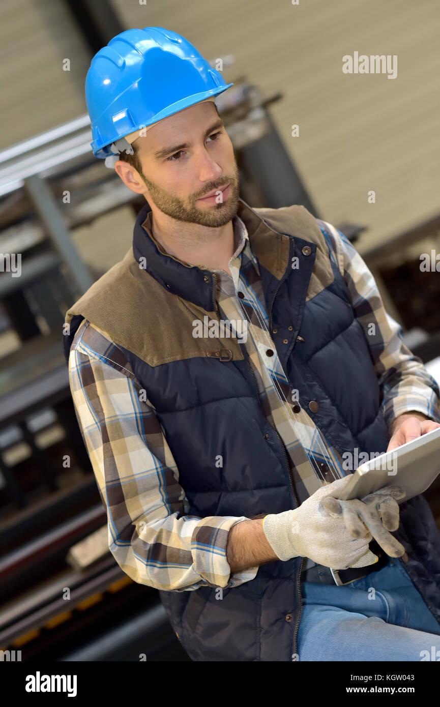 El hombre en la fabricación mediante tableta digital Imagen De Stock
