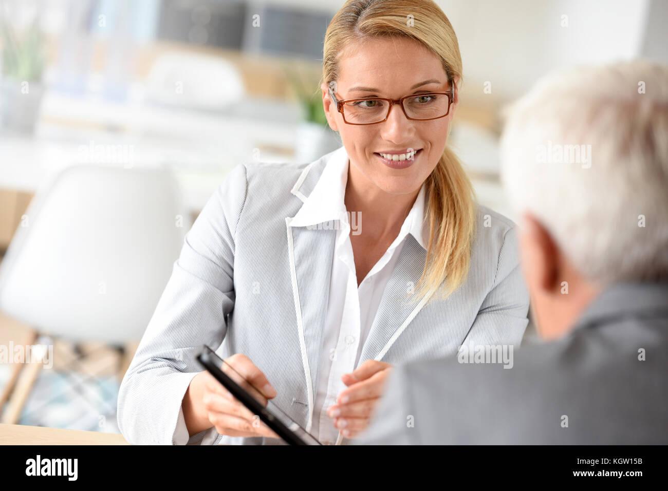 La empresaria con el cliente en reuniones de negocios Imagen De Stock