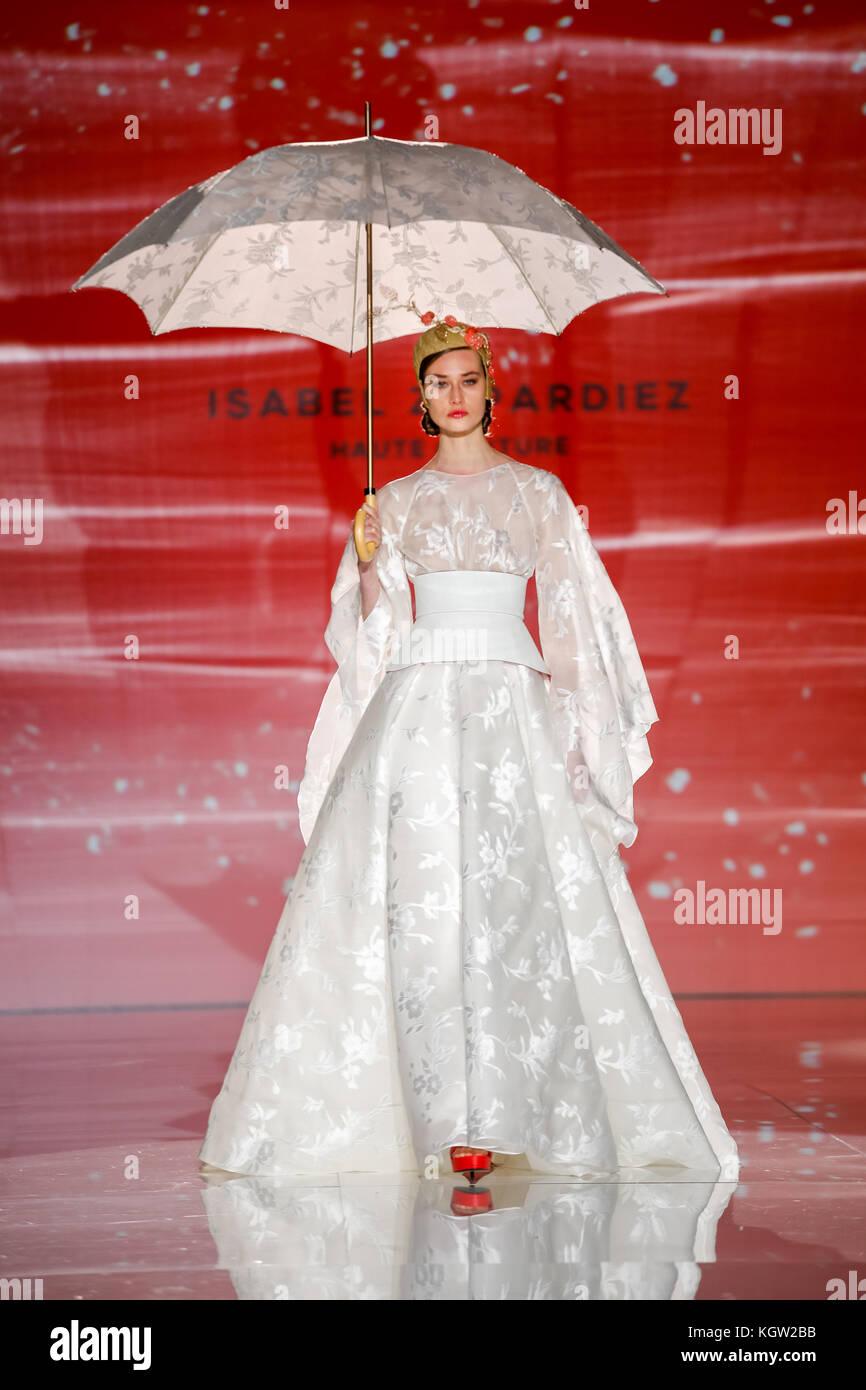 Barcelona Bridal Week 2017. Isabel Zapardiez diseñador. Crédito Montse Gibert Imagen De Stock