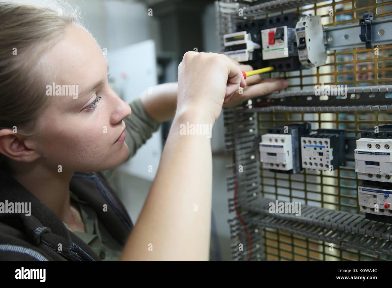 Mujer joven en formación profesional configuración de circuito eléctrico Imagen De Stock