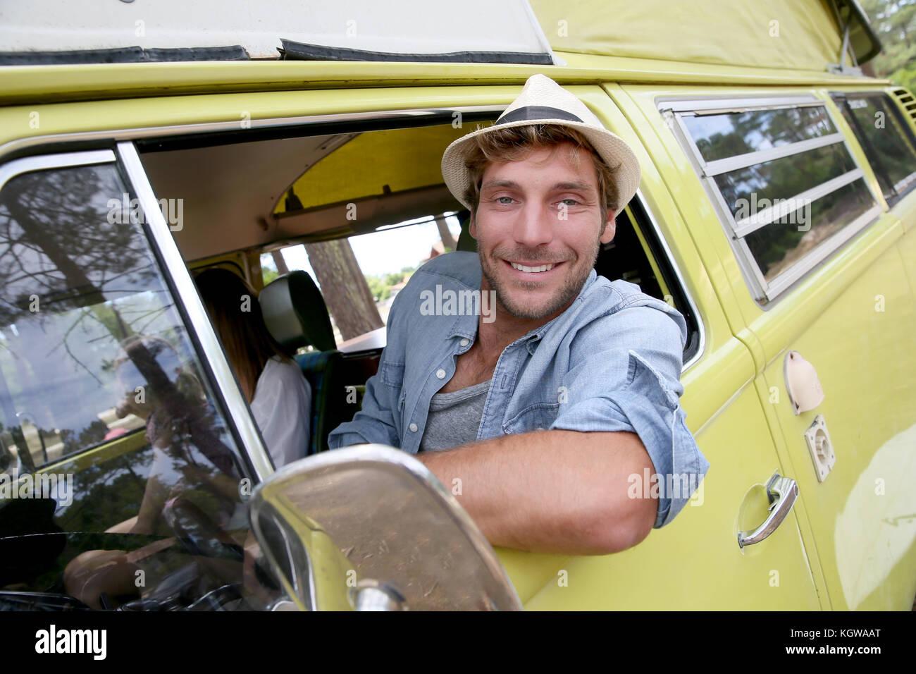 Montando un chico de moda vintage autocaravana Imagen De Stock