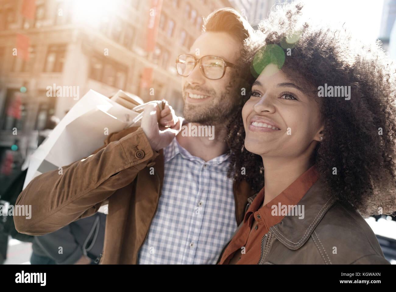 Alegre pareja realizando compras en Manhattan, ciudad de Nueva York Imagen De Stock