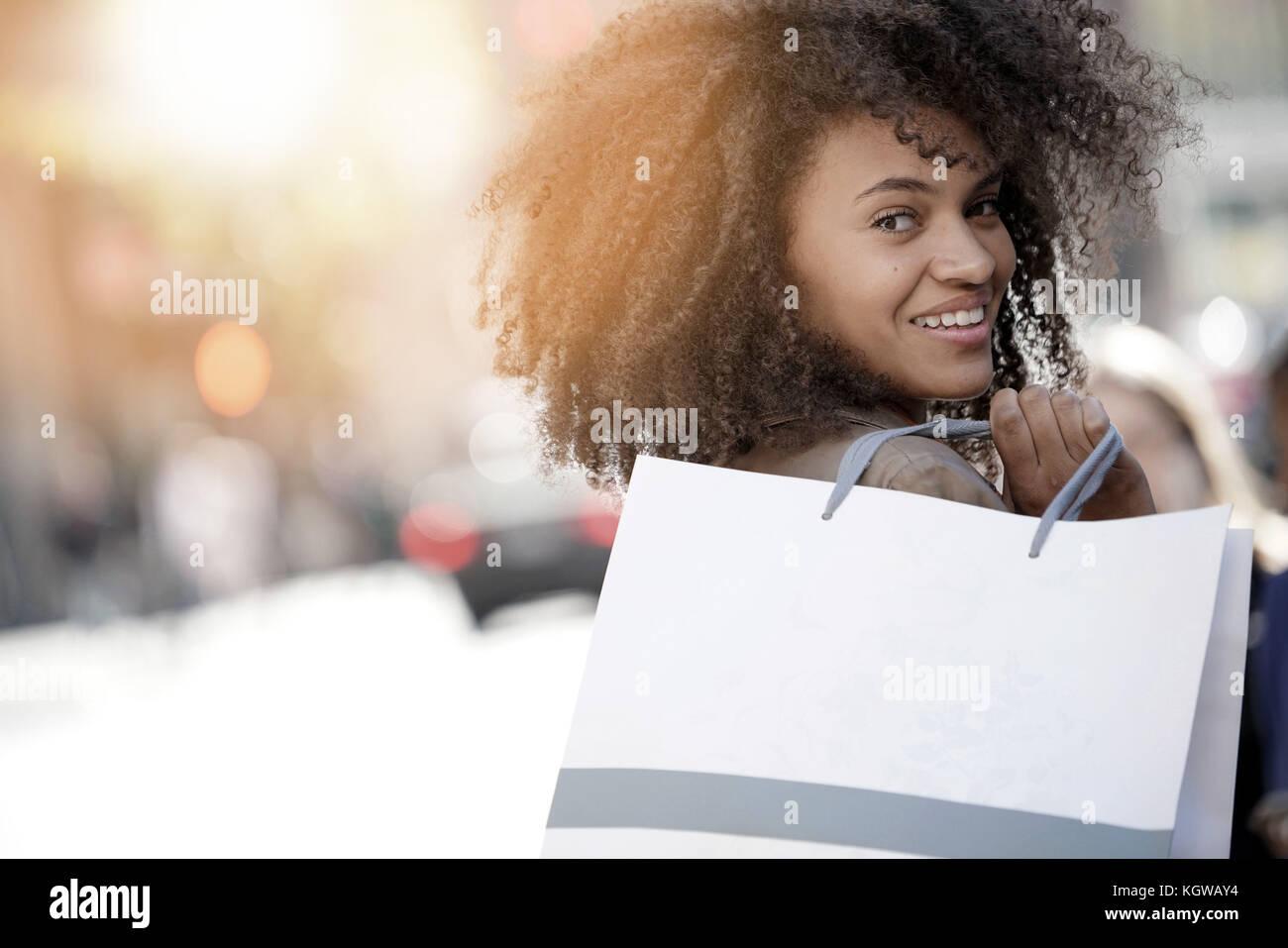 Chica alegre haciendo compras en la ciudad de Nueva York Imagen De Stock