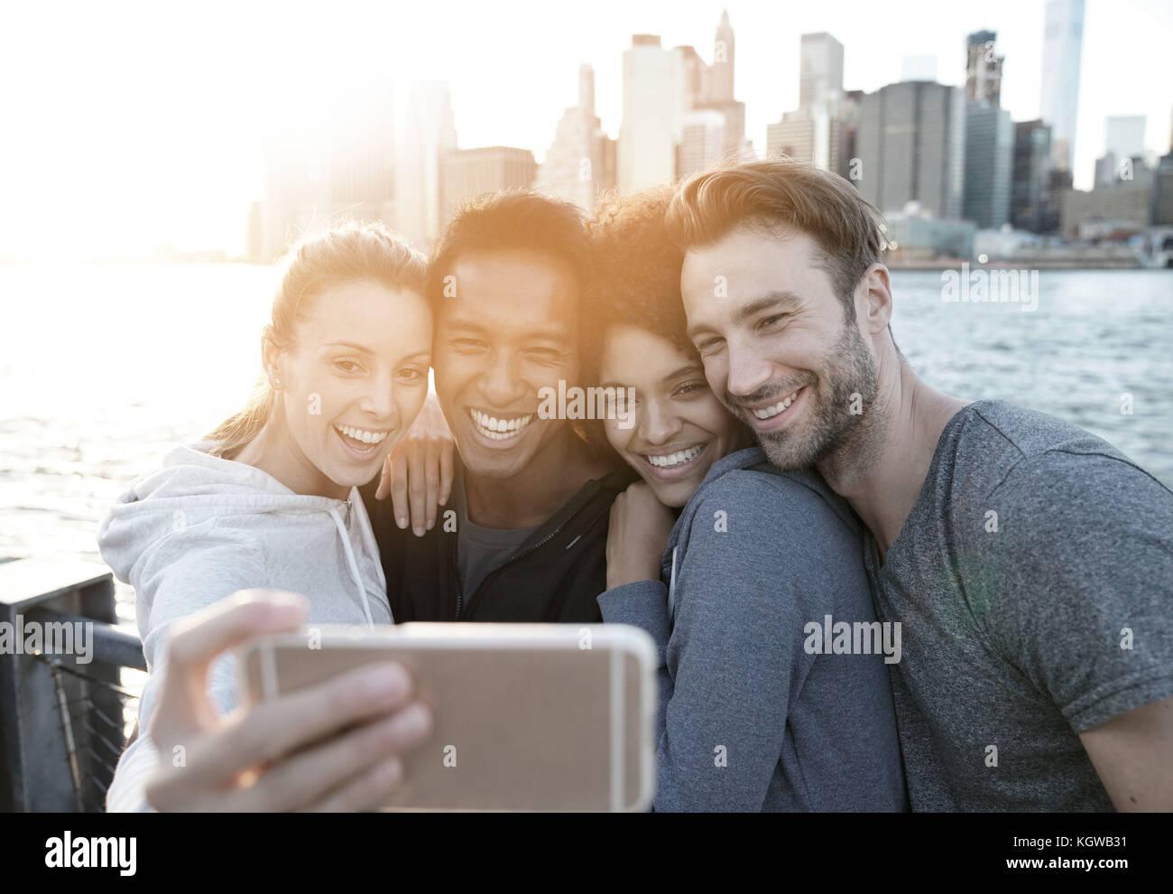 Amigos tomando selfie imagen en Brooklyn Heights Promenade, NYC Imagen De Stock