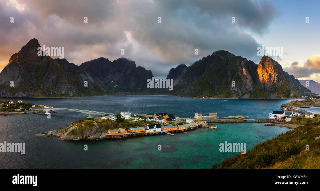 Montaje sakrisoy olstind por encima de la aldea de pescadores, Lofoten, Noruega Foto de stock