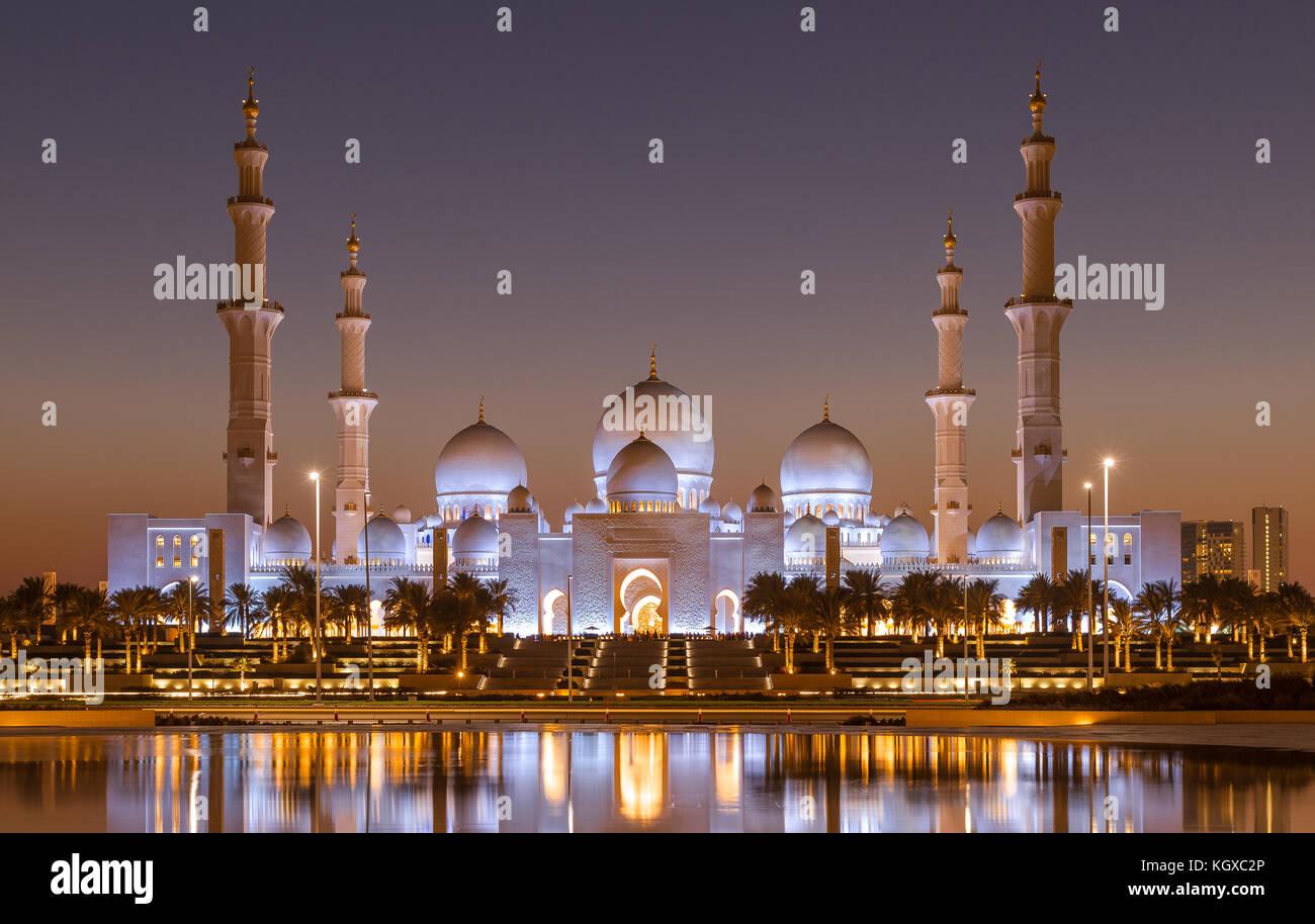 La gran mezquita de Sheik Zayed en Abu Dhabi después de la puesta del sol Imagen De Stock