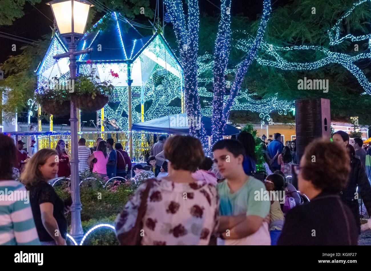 Sao Paulo, Brasil, 17 de diciembre de 2016: la gente observar la decoración de Navidad en una plaza pública Imagen De Stock