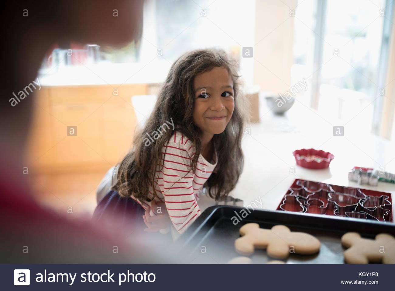 Emocionada hija viendo madre con dulce, caliente las galletas de jengibre de navidad Imagen De Stock