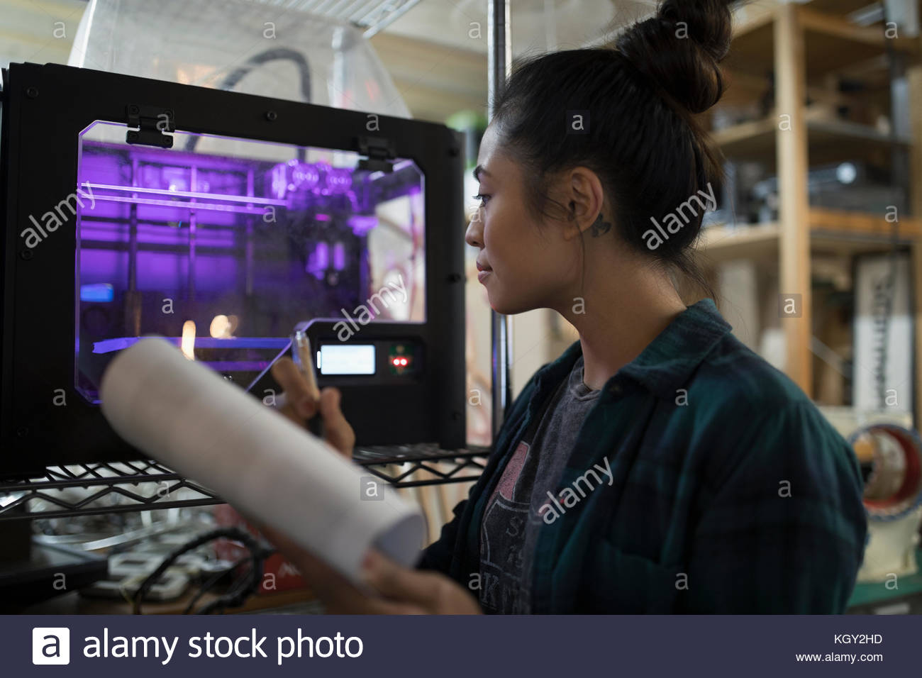 Diseñador femenino mediante impresora 3D en el taller Imagen De Stock